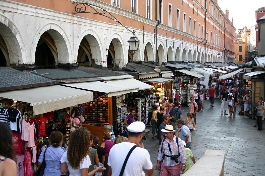 Rialto-bridge-market-Venice-Italy